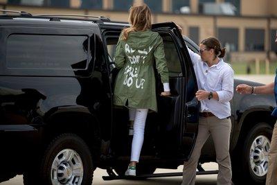 Melania Trumpın montu ortalığı karıştırdı!