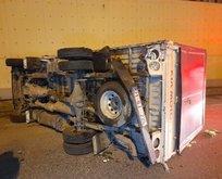 Bayrampaşa'da sebze yüklü kamyon devrildi!