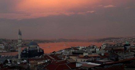 İstanbul Boğazı kızıla boyandı