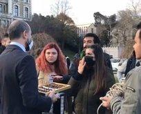 Melih Bulu, protestocu azınlığa çikolata ikramında bulundu