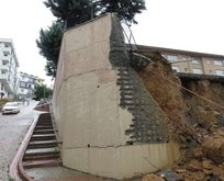 İstanbulda okulun istinat duvarı çöktü