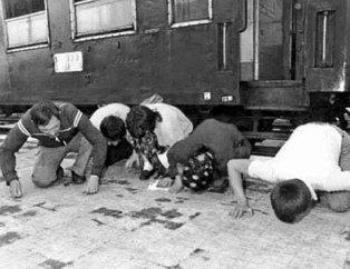 İner inmez secde etmişlerdi... Tarihin en acı ve etkileyici fotoğrafları
