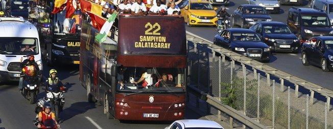 Galatasaray 22. şampiyonluğunu kutluyor   Cimbom'dan Fenerbahçe'ye emojili gönderme