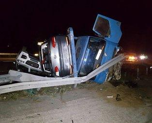 Lüks araçları taşıyan TIR devrildi