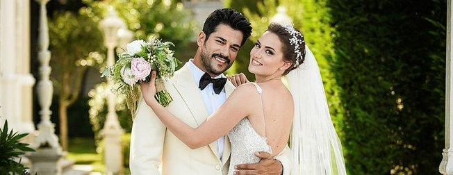 Kuruluş Osman'ın yıldızı Burak Özçivit ve eşi Fahriye Evcen'den mutlu aile pozu... Anne ve babalarıyla...