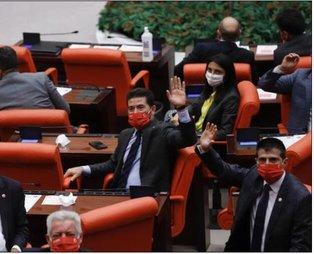 CHP'li milletvekillerinin Meclis'te taktıkları Atatürk imzalı maskeler çöpe atıldı