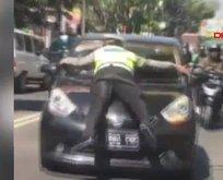Trafik polisi, kırmızı ışıkta geçen otomobilin kaputuna çıktı