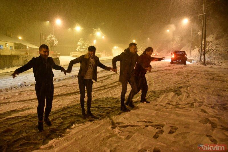 Gümüşhane'de kar kalınlığı 10 santimetreye ulaştı! Vatandaşlar müzik açıp horon tepti