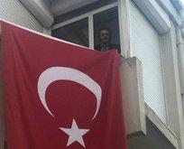Gencebay pencereden İstiklal Marşı okudu