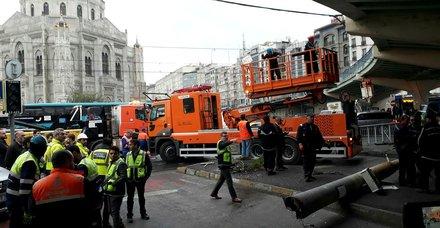 Son dakika: Aksarayda otobüs kazası! Tramvay seferleri aksadı
