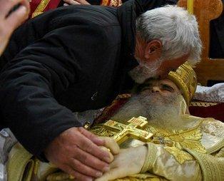 Koronavirüsten ölen Karadağ Sırp Ortodoks Kilisesi Başpikoposu Amfilohije Radoviç'i cenazesinde öptüler