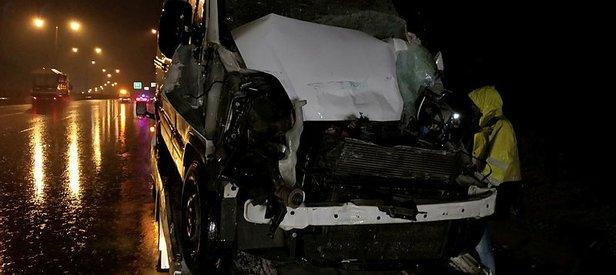 Feci kaza! Minibüs TIR'a arkadan çarptı