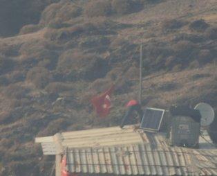 İzmir'de göz yaşartan olay! Alevler evine yaklaşırken, o Türk bayrağını kurtardı!