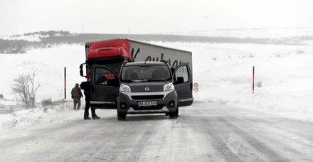 Baharda yağan kar ve tipi vatandaşları yolda bıraktı