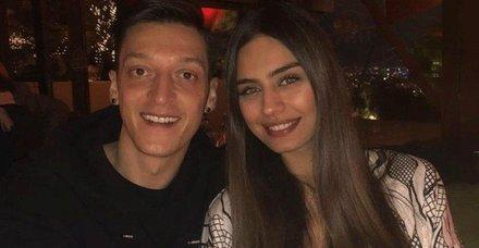 Amine Gülşe ve eşi Mesut Özil, Ferdi Tayfur'un damar şarkılarıyla aşka geldi