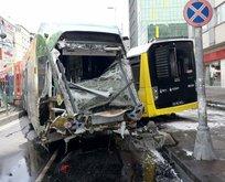 Sultangazi'de raydan çıkan tramvay otobüse çarptı