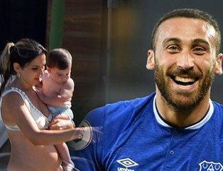 Everton'da forma giyen Cenk Tosun ile eşi Ece Tosun oğullarıyla Bodrum'da