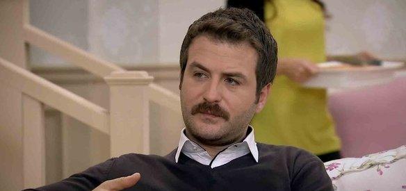Oyuncu Arda Öziri, motosikletiyle geçirdiği trafik kazasında 40 yaşında İstanbul'da hayatını kaybetti