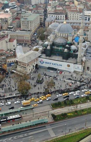 Eminönü'nde yüzlerce metrelik milli piyango bileti kuyruğu