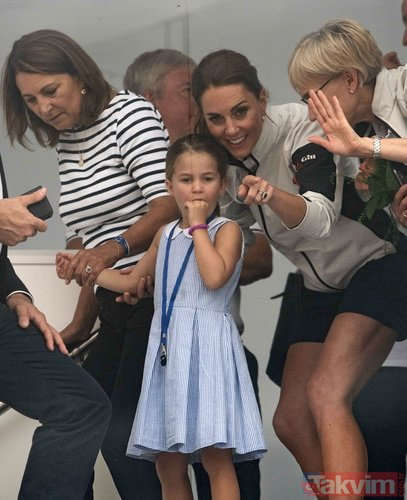 Kate Middleton ve Prens William rezil oldu! Halka dil çıkardı