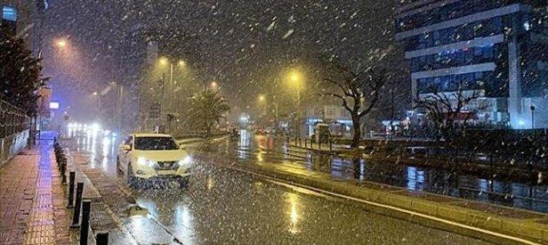 Sıcaklığın düşmesiyle birlikte İstanbul'da yer yer kar yağışı etkili oldu