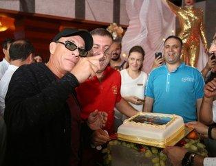 Jean Claude Van Damme Bodrum'da! Çiçeklerle karşılandı