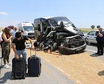 Feci kaza! Minibüs traktöre çarptı