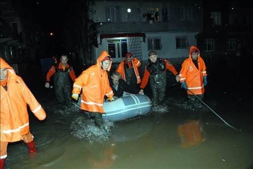 Bursa'da Ev ve İşyerlerini Su Bastı