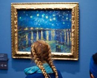 Müze ve sergileri gezen insanları tablolarla eşleştirdi