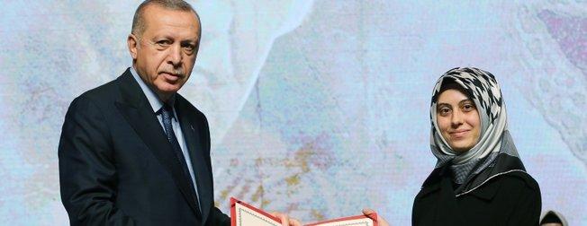 Başkan Erdoğan, yüksek lisans öğrencilerine diplomalarını verdi