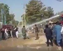 Afgan polisi FETÖcüleri tazyikli suyla püskürttü