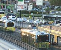 Metrobüs yola atlayan yayaya çarptı