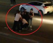 Genç kızı yolun ortasında tekme tokat dövdü!