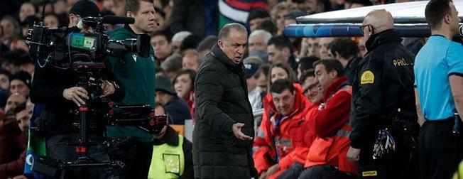 Galatasaray teknik direktörü Fatih Terim kendine hakim olamadı! Üzerine yürüdü, eliyle itti...