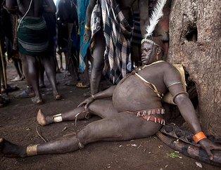 Dünyanın en vahşi kabilesi! İnek kanıyla beslenip...