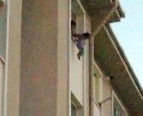 Korku dolu anlar! Çocuğunu pencereden sarkıtıp...