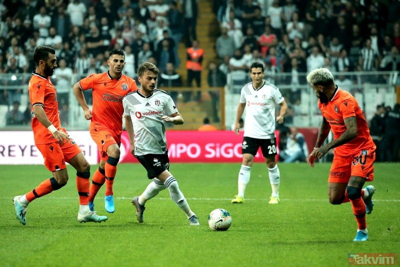 Beşiktaş-Başakşehir maçına  45+1. dakikada damga vuran olay! Suat Arslanboğa'nın verdiği karar ortalığı karıştırdı...