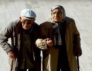 Anıtkabirde Atatürke sevgi seli! Sosyal medya bu yaşlı çifti konuşuyor