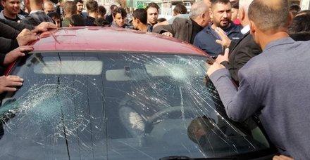 Batman'da öğrencileri taciz ettiği ileri sürülen kişiyi, öfkeli kalabalığın elinden polis kurtardı