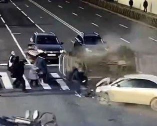 Yaya geçidinde korkunç kaza! 1 saniye sonrası dehşet...
