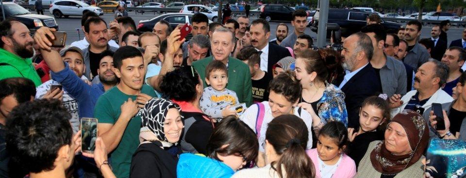 Cumhurbaşkanı Erdoğan Zeytinburnunda iftarı bekleyen vatandaşlarla sohbet etti