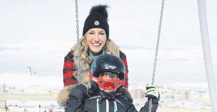 Model Çağla Şıkel Erzurum'da, müzisyen Ozan Doğulu ise çocuklarıyla Uludağ'da kayak keyfi yaptı