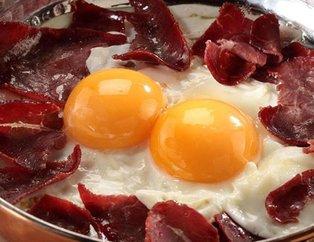 Geçmişten günümüze gelen lezzet: Pastırmalı yumurta tarifi