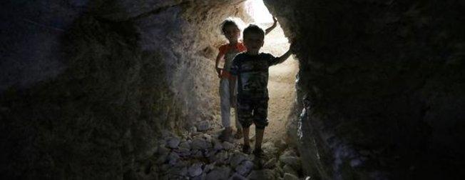 İdlib'de yaşayanlar iki aydır toprağı kazıyor