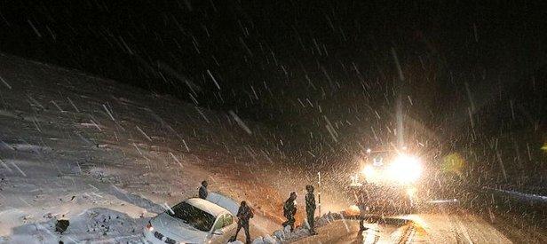 Erzincan-Sivas kara yolunda ulaşım kar ve tipi nedeniyle güçlükle sağlanıyor