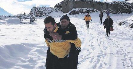Kayseri'de fenalaşan hastayı sırtında taşıyan Hacı Hasan Durmuş takdir topladı
