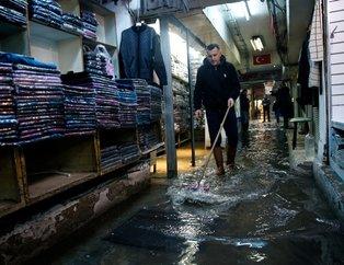Sağanak yağış İzmirde su baskınlarına yol açtı! Vatandaş isyanda...