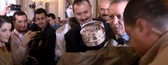 Başkan Erdoğan'a 'Reis' diye seslenerek sarıldı! Aralarında geçen diyalog gülümsetti