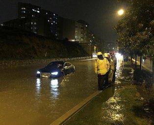 İstanbul'da sağanak sonrası yollar göle döndü, araçlar yolda mahsur kaldı