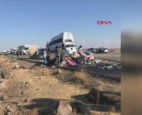 Tır ile minibüs çarpıştı: 1 kişi öldü 19 kişi yaralandı